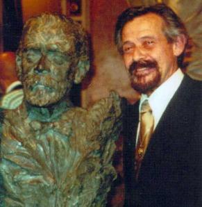 Benjamín Gutiérrez junto busto que le dedicó el Teatro Nacional de Costa Rica.
