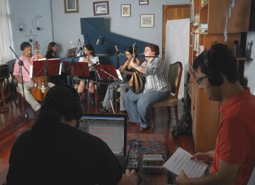 Otto Castro y Mario Acosta trabajando con Ganassi. Fotografía cortesía de Adela Marín, 2009.