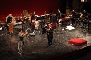 En primer plano: Ailem Carvajal-Gomez con el director Loris Francesco Lenti. En segundo plano: Los solistas percusionistas de la Scala.
